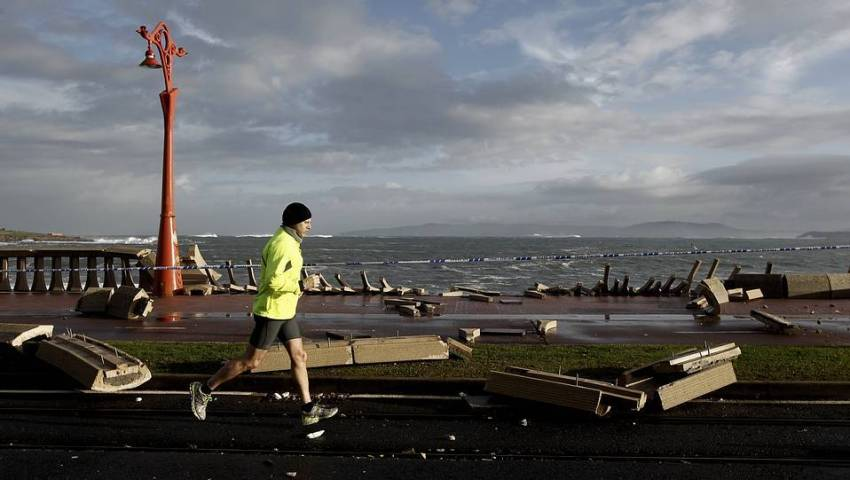 A storm converted the Coruña waterfront into a battlefield last winter - http://media.lavozdegalicia.es/scale.php?i=%2Fdefault%2F2014%2F02%2F02%2F00121391343901850105228%2FFoto%2F.jpg&h=541px